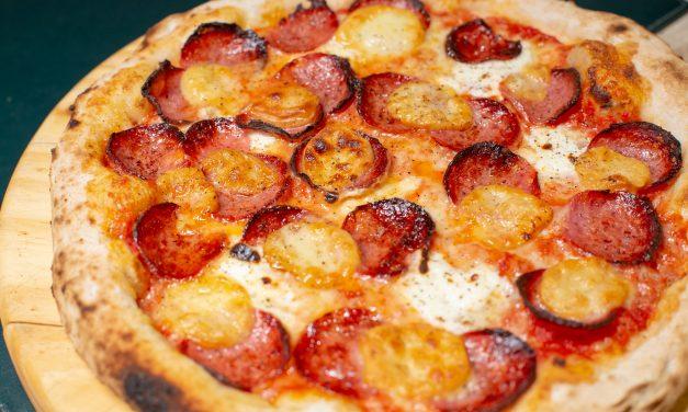 Pizza com salame e provolone é novidade do mês na Grano & Oliva