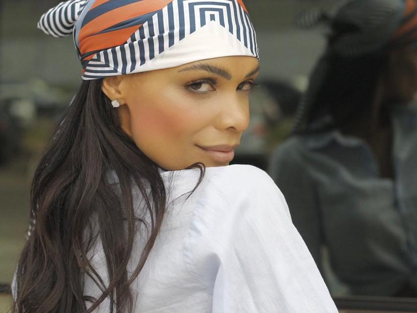 Juliana Cunha dá dicas de como usar lenço com estilo